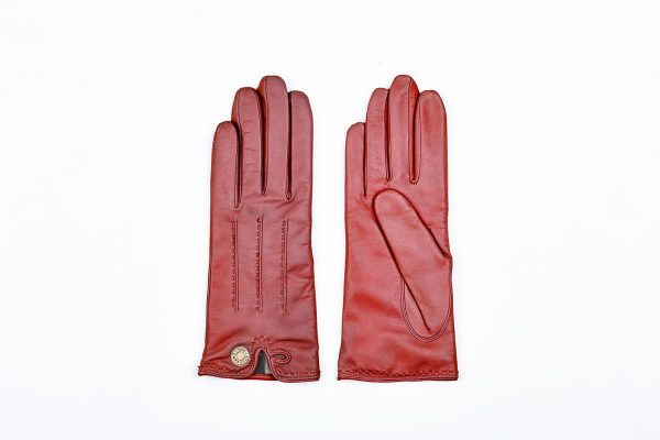 Woman gloves in leather with gold button on the lined cashmere opening